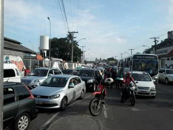 O trânsito também foi afetado pela fila de carros, que se estende pela avenida Jequitaia - Foto: Edilson Lima | Ag. A TARDE
