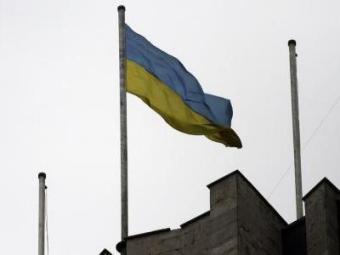 Bandeira ucraniana foi hasteada no lugar onde estava a da Rússia desde o fim de semana - Foto: Stringer | Agência Reuters