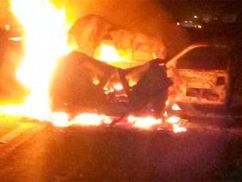 Após colidir com animal, veículo pegou fogo - Foto: Reprodução   Portal Clériston Silva