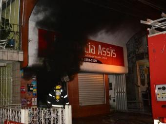 A larga fumaça preta chegou a atingir a casa de um dos moradores - Foto: Antônio Cavalcante   Foto do Leitor