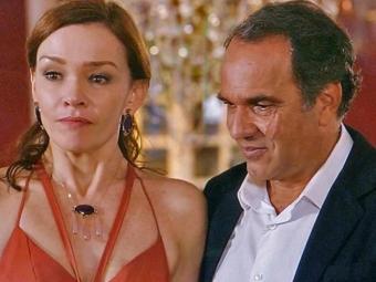 Helena fica paralisada ao rever Laerte na festa da casa de leilões - Foto: TV Globo | Divulgação
