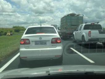 Concessionária está suspendendo mureta no canteiro central da rodovia - Foto: Foto do Leitor