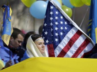 Mulher em meio a bandeira, durante manifestação em Washington nesta quarta - Foto: Gary Cameron | Agência Reuters