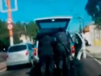 Vídeo foi feito por motorista que estava atrás da viatura; imagens são fortes - Foto: Reprodução