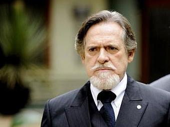 Ernest passa mal após receber um bilhete de Manfred - Foto: Divulgação | TV Globo