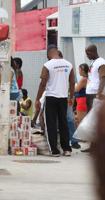 Fiscais da prefeitura apreendem marcas proibidas dos vendedores ambulantes - Foto: Adilton Venegeroles | Ag. A TARDE