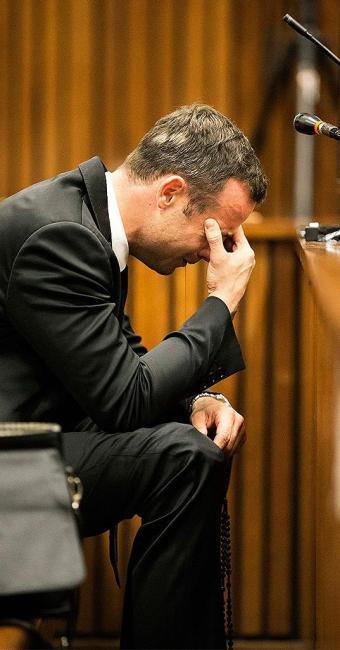 Oscar Pistorius se mostra abalado durante o julgamento pela morte da modelo Reeva Steenkamp - Foto: Mike Hutchings l Reuters