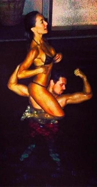 De biquíni, Sabrina brinca nos ombros do namorado em piscina de hotel - Foto: Instagram | Reprodução