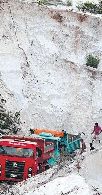 Duas caçambas foram abastecidas com areia das dunas no final da tarde desta segunda-feira, 10 - Foto: Lúcio Távora | Ag. A TARDE