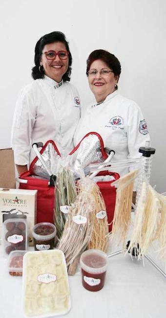 Anapaula Della Piazza e sua mamma, Luigina, com produtos da Volare Artesanale - Foto: Mila Cordeiro | Ag. A TARDE