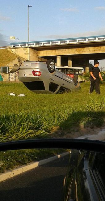 Carro parou no canteiro central - Foto: Iloma Sales | Ag. A TARDE