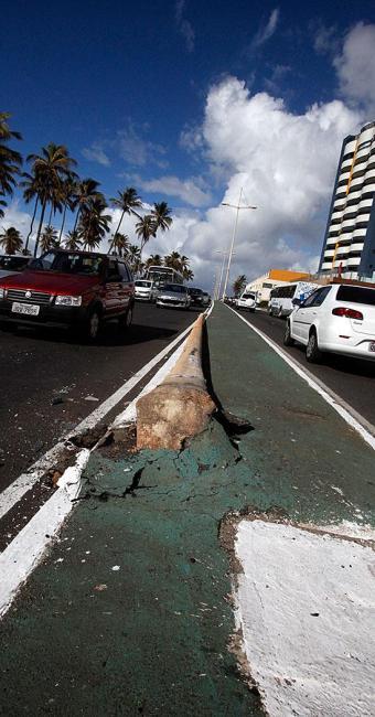 Poste ficou caído no canteiro central da via - Foto: Edilson Lima | Ag. A TARDE