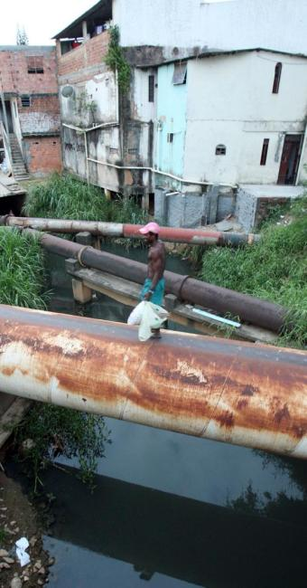Saneamento precário: esgoto a céu aberto na Boca do Rio - Foto: Lúcio Távora | Ag. A TARDE