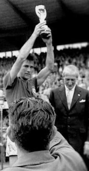 Zagueiro da Seleção em 1958 imortalizou o gesto de levantar a taça - Foto: Divulgação l Assessoria CBF