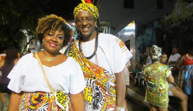 Ator Jorge Washington, do Bando de Teatro Olodum, curte o Ilê Aiyê com a esposa, Renata Dias - Foto: Jorge Washington | Foto do Leitor