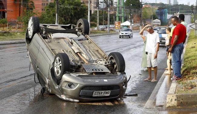 Palio capotou após o choque com o táxi - Foto: Eduardo Martins   Ag. A TARDE