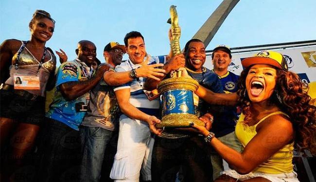 Integrantes da Unidos da Tijuca erguem troféu no Rio - Foto: Fernando Frazão | Agência Brasil