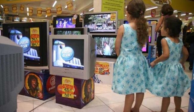 Alcance da televisão é muito maior que o da web nos lares brasileiros - Foto: Rejane Carneiro/Ag.A Tarde. Data: 05/07/2007.
