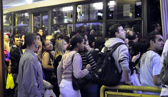 Superlotado, metrô paulistano retira assentos os passageiros - Foto: Cris Faga   AE