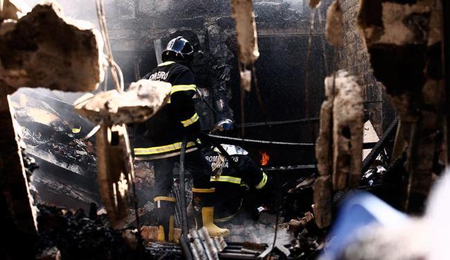 Bombeiros tentam combater fogo que continua confinado em meio a escombros - Foto: Luiz Tito | Ag. A TARDE