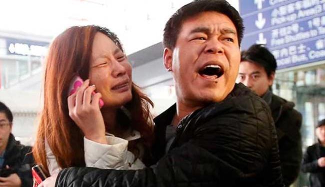 Parentes de passageiro se desespera com queda da aeronave - Foto: Agência Reuters