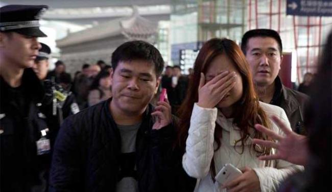 Parentes de passageiros aguardam notícias - Foto: Ag. AP