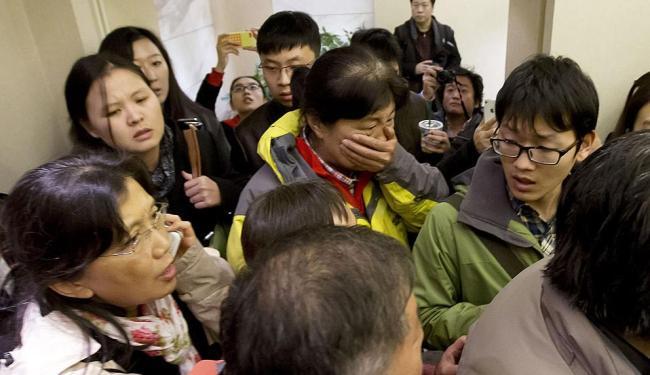 Familiares pressionam as autoridades locais por informações - Foto: AP Photo