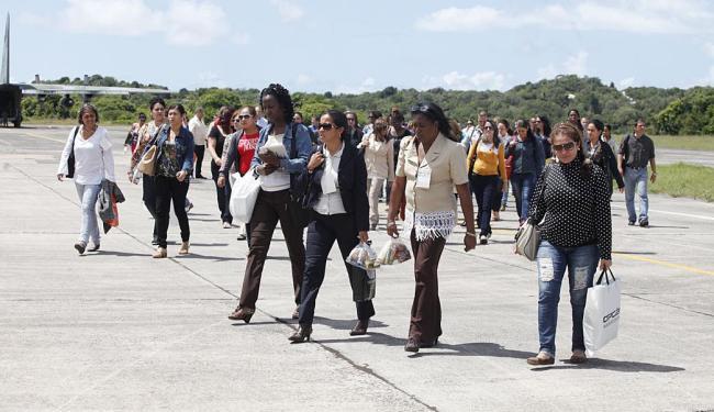 Desembarque dos 69 profissionais vindos da ilha caribenha aconteceu na Base Aérea de Salvador - Foto: Edilson Lima | Ag. A TARDE