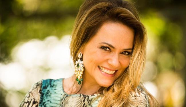Afastada da TV desde 2010, Vivianne agora interpreta a personagem Shirley na trama Em Família - Foto: João Miguel Júnior | TV Globo