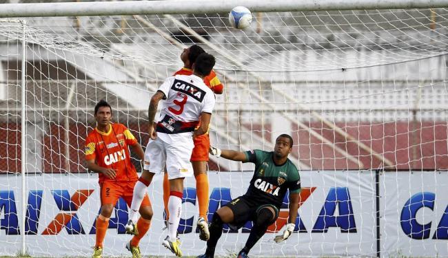 Goleiro João Paulo fez várias defesas importantes, mas não conseguiu evitar triunfo rubro-negro - Foto: Eduardo Martins | Ag. A TARDE