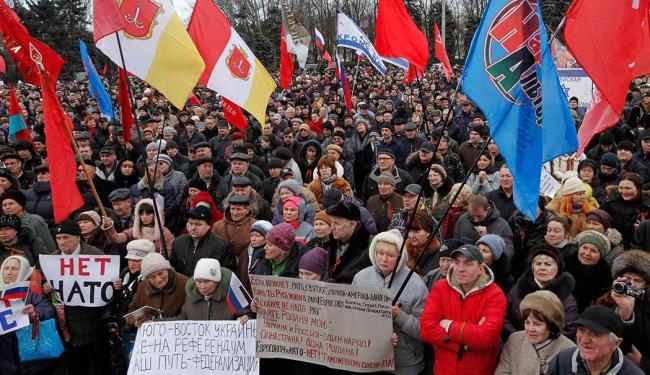 Manifestantes pró-russos participam de um comício neste domingo - Foto: Agência Reuters