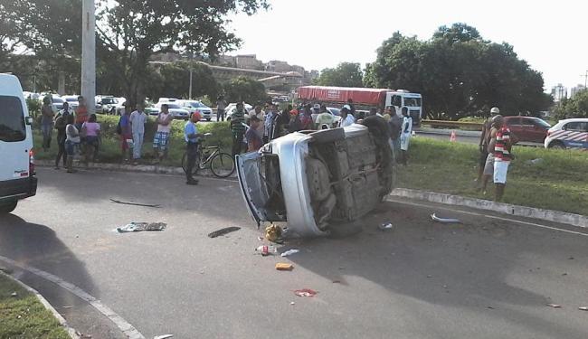 Carro capotou após atingir a vítima - Foto: Edilson Lima | Ag. A TARDE