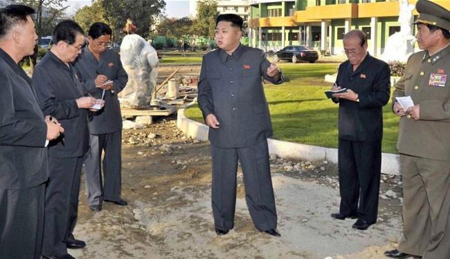 O presidente do país, Kim Jong-un, durante uma visita a um hospital infantil em construção - Foto: Agência France Presse