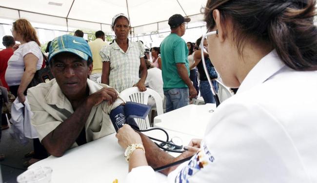 Psquisadores recomendam medir a pressão nos dois braços - Foto: Luiz Tito   Ag. A TARDE