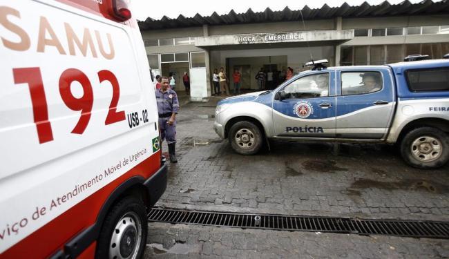 Movimentação em frente ao hospital em Feira onde
