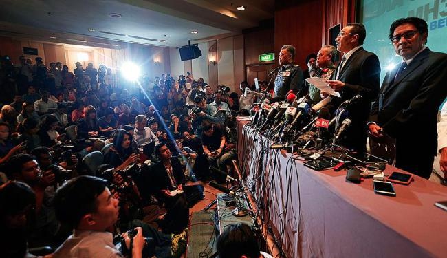 Autoridades da Malásia falam com jornalistas sobre as investigações - Foto: Agência Reuters