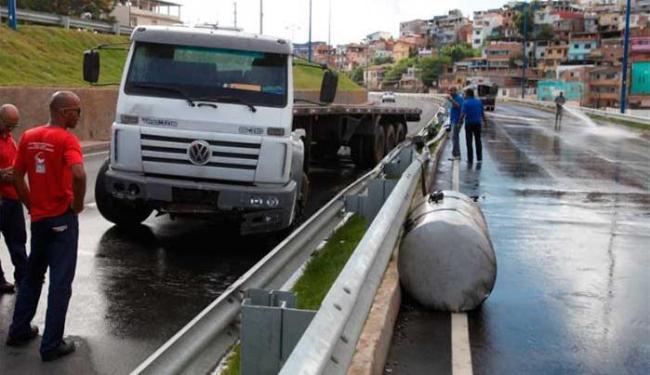 Tanque foi atingido em acidente e caiu óleo na pista - Foto: Edilson Lima | Ag. A TARDE