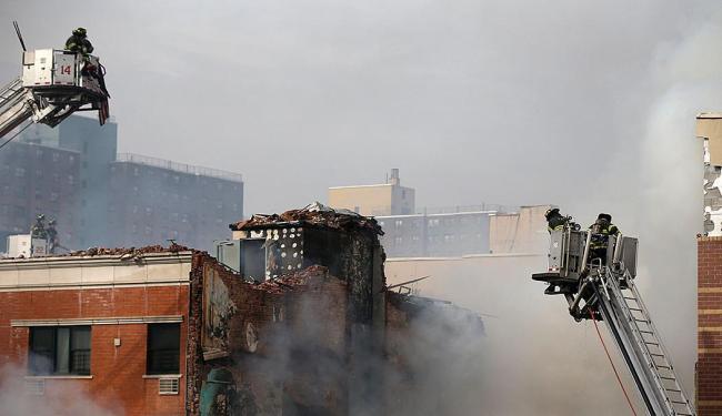 Bombeiros tentam controlar as chamas após a explosão no edifício - Foto: Agência Reuters