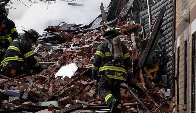 Bombeiros procuram por vítimas no meio dos destroços - Foto: Agência Reuters
