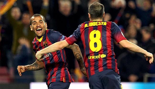 Daniel Alves marca no último minuto e garante a classificação do Barça - Foto: Gustau Nacarino l Reuters