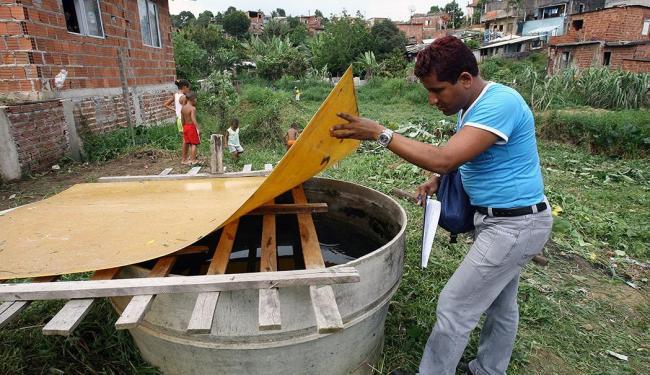 Durante visitas, agentes de endemias inspecionam as caixas d'água das residências - Foto: Joá Souza   Ag. A TARDE