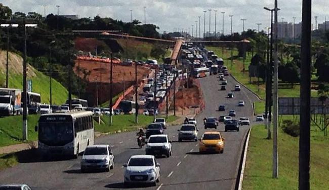 Ao fundo da imagem, é possível identificar ônibus atravessados na via - Foto: Fábio D'Almeida | Cidadão Repórter