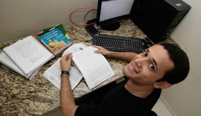 Arilton Ribeiro estuda com esperança de conquistar uma vaga na Assembleia Legislativa da Bahia - Foto: Mila Cordeiro | Ag. A TARDE