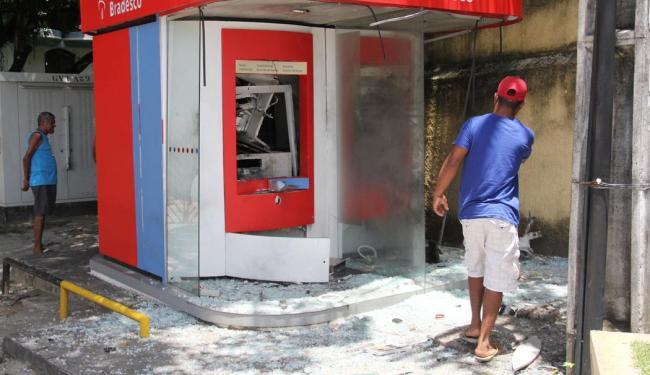 Em um dos episódios na capital, por volta das 4h do dia 5, foram destruídos dois terminais do Brades - Foto: Joá Souza | Arquivo | Ag. A TARDE