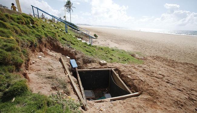 Os dois buracos apresentam quatro metros de profundidade por cinco de largura - Foto: Edilson Lima | Ag. A TARDE