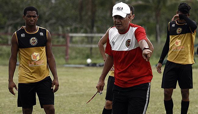 Técnico Barbosinha orienta jogadores do Bahia de Feira em treino - Foto: Luiz Tito l Ag. A TARDE