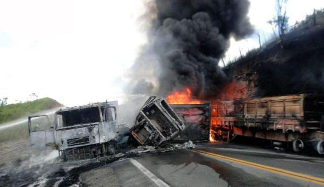 Um dos veículos carregava combustível, o que causou um grande incêndio no local - Foto: Reprodução | Blog Marcos Frahm