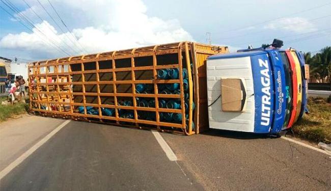 Motorista perdeu o controle ao tentar desviar de um carro de passeio - Foto: Ed Santos/Acorda Cidade