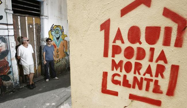 Foram carimbados 30 casarões por moradores insatisfeitos com o abandono de imóveis na região - Foto: Raul Spinassé | Ag. A TARDE