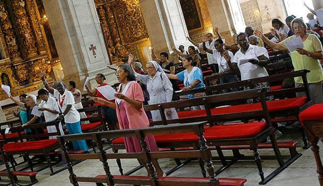 Assembleia entoa cântico durante a celebração pelo aniversário da capital baiana - Foto: Marco Aurélio Martins | Ag. A TARDE